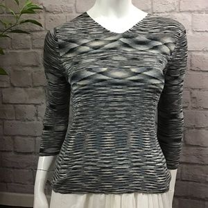 🌻 SALE! 3/$20 Gray patterned medium silk top